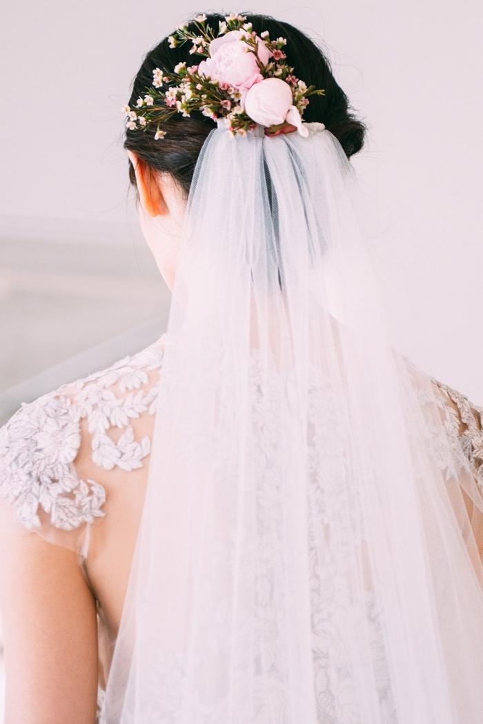 quelle coiffure pour mariage avec voile, exemple comment porter cheveux longs en chignon bas bouclé avec voile