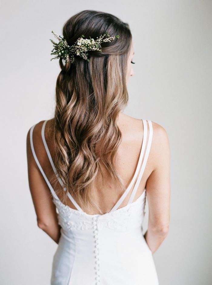 coiffure simple pour mariée, modèle coiffure bohème chic aux cheveux ondulés avec accessoire branche fleuri