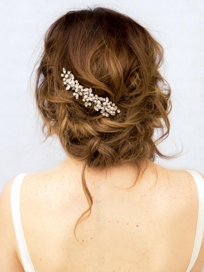 coiffure simple a faire pour mariée, idée chignon mariage romantique avec boucles et accessoire de cheveux branche fleurie
