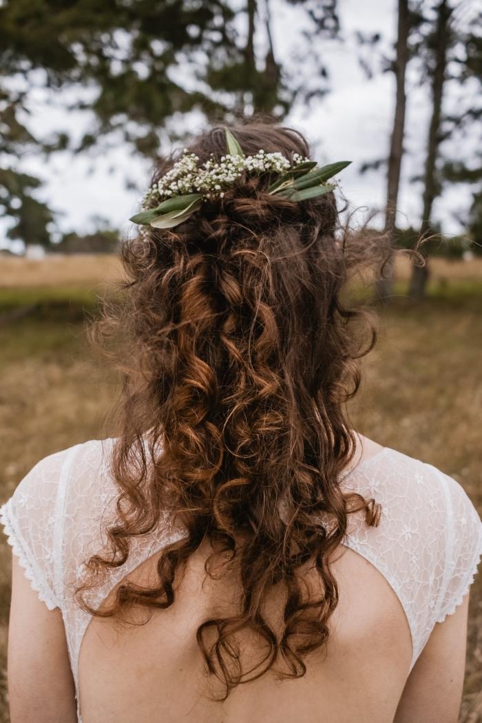 exemple de coiffure simple et rapide, modèle coiffure mi-attachés bouclés avec branche fleuri, coiffure de mariage facile
