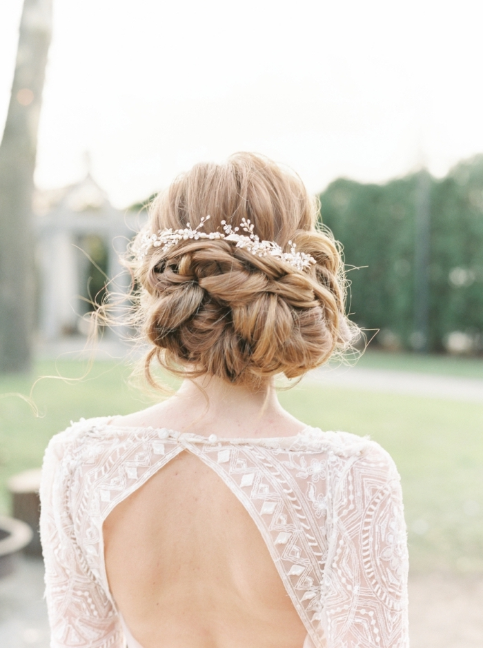 exemple de chignon mariage facile, modèle chignon flou volumineux avec boucles et serre-tête princesse fleurie
