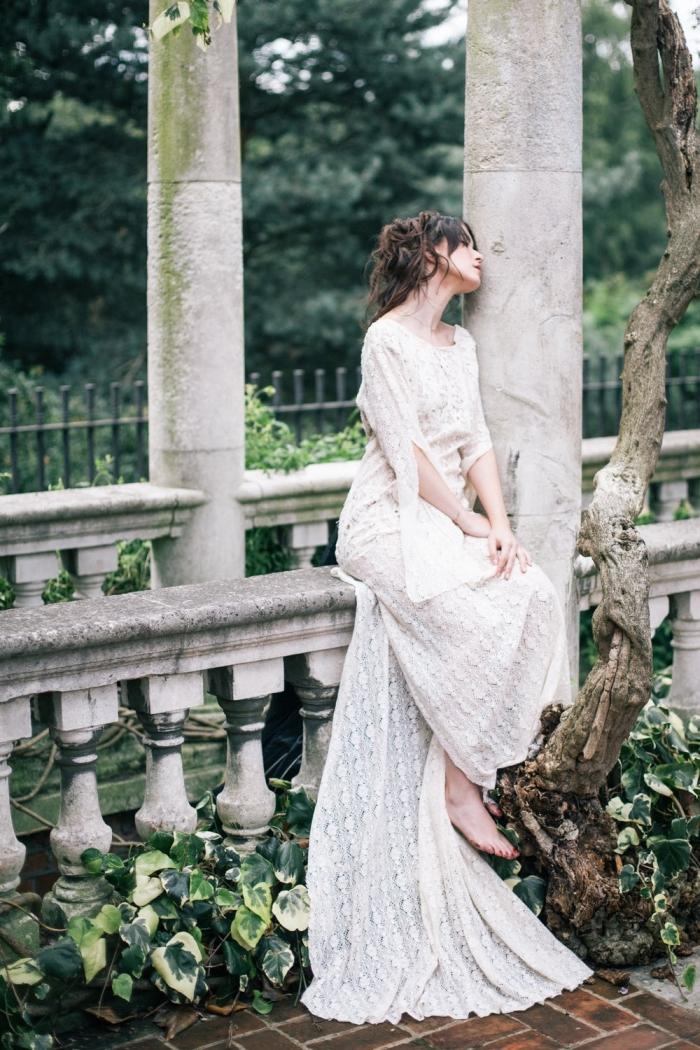 quelle coiffure mariée pour cheveux longs, exemple de chignon de mariage flou avec mèches tombantes sur le visage