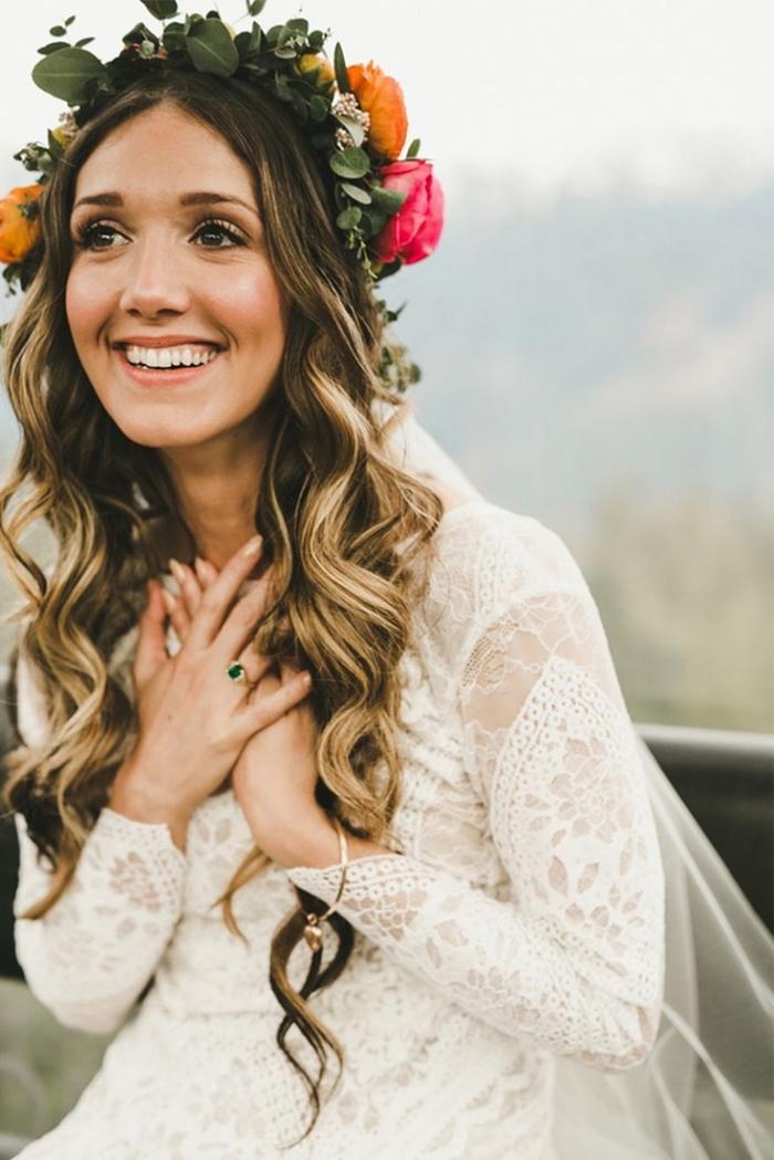 exemple de coiffure de mariage pour cheveux longs, modèle robe mariée bohème chic en dentelle florale et manches