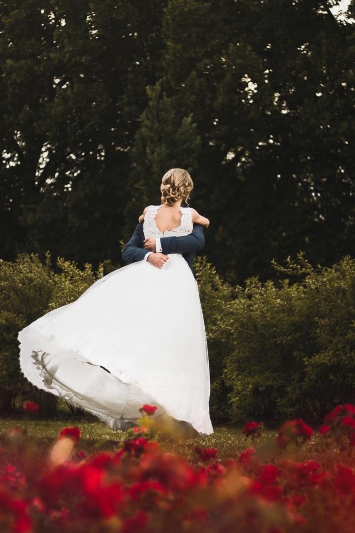 idée de coiffure simple pour mariée, modèle de chignon bas mariage flou avec mèches tombantes devant le visage