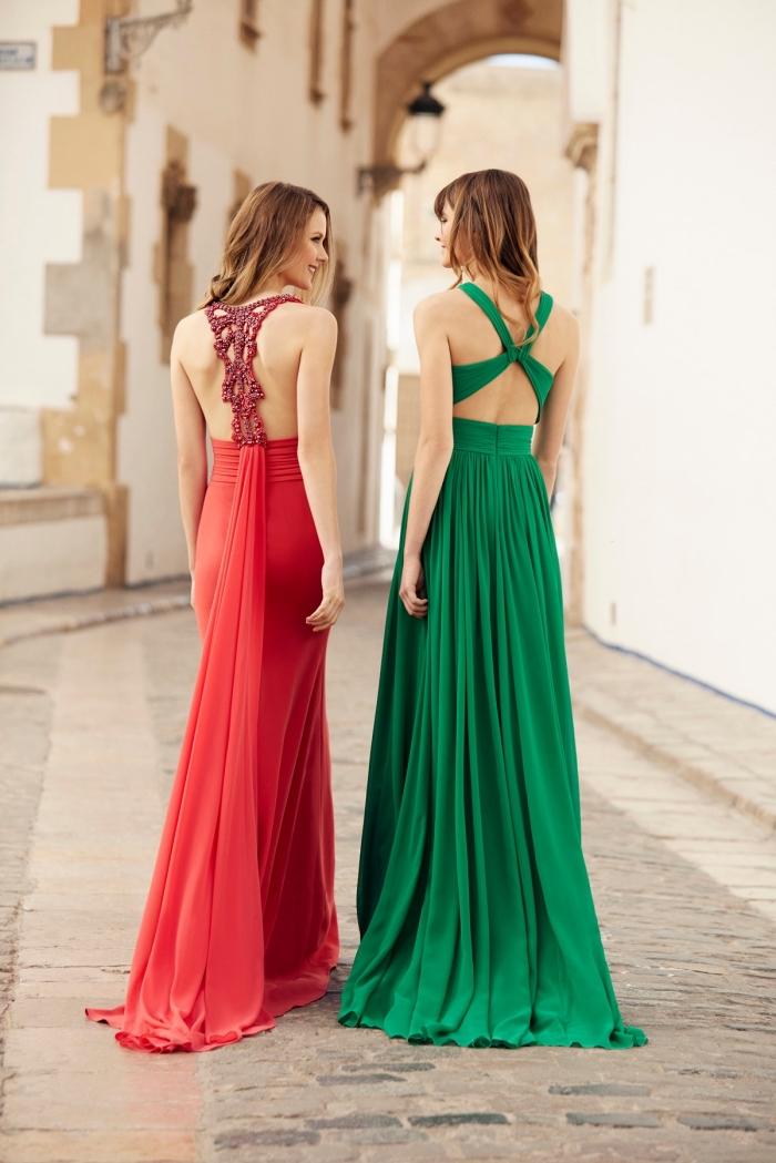 quelle couleur pour une robe longue été, modèle de robe longue rouge avec traîne et décoration en pierre sur le dos
