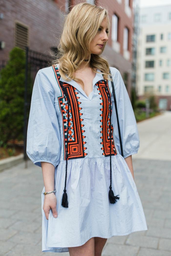 tenue boheme chic, robe tunique courte, manches bouffantes, cheveux blonds, mode hippie
