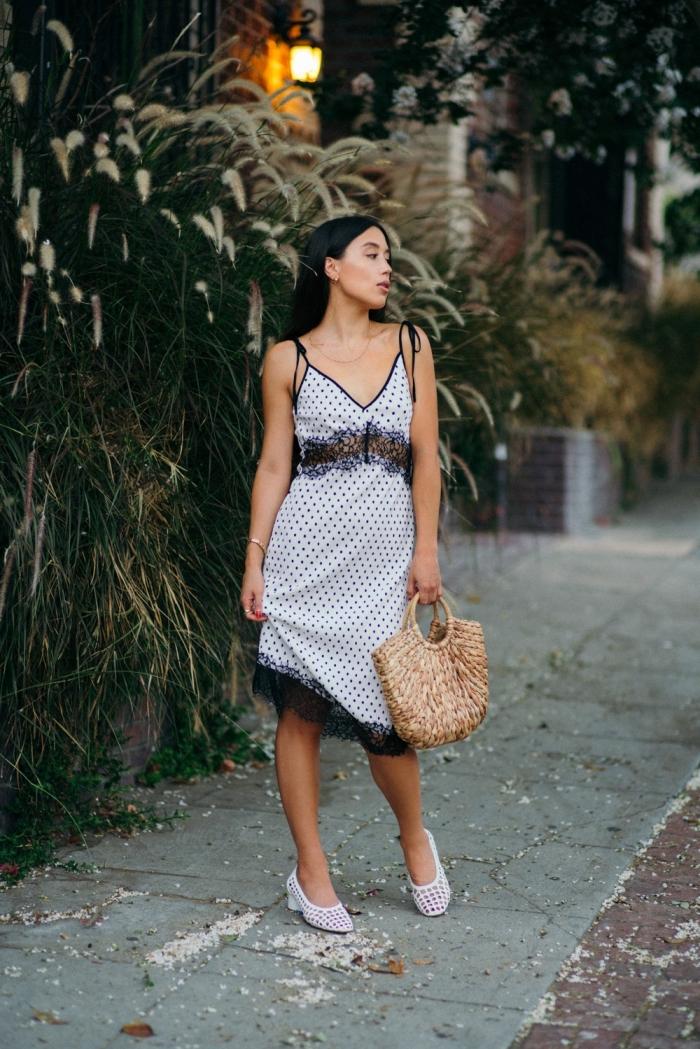 exemple de robe de soirée chic avec décolleté en v, idée robe blanche polka dots avec dentelle noire et bretelles