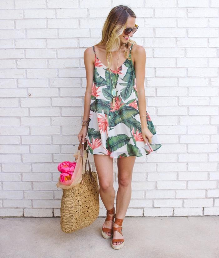 coloration tendance ombré sur marron, exemple de robe d'été femme courte matière légère à design tropical