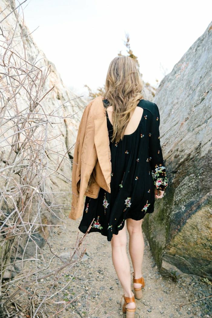 robe bohème chic noire, imprimés floraux, veste cuir marron, sandales marron, style boheme chic