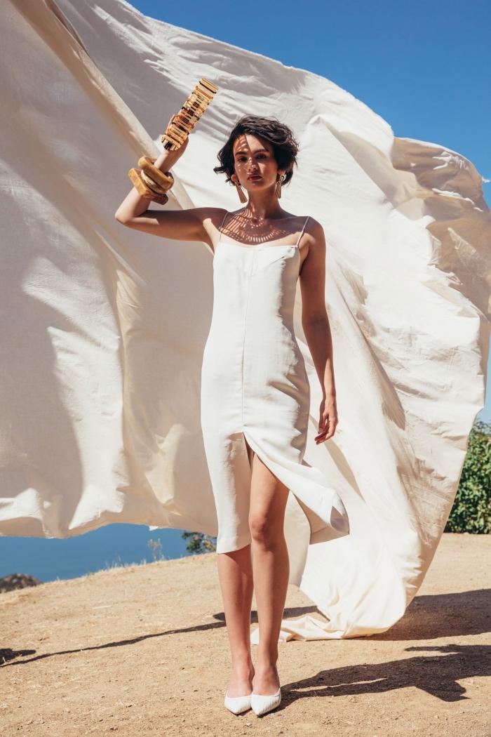 magnifique modèle de robe de soirée chic et glamour blanche avec bretelle et fente, idée coupe de cheveux courte femme