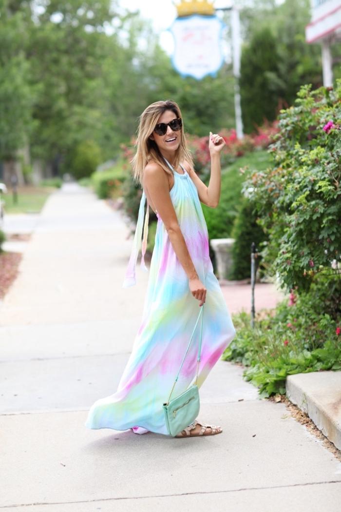 Longue robe hippie print, col colier, robe fluide femme, robe longue bohème, image de femme en robe longue