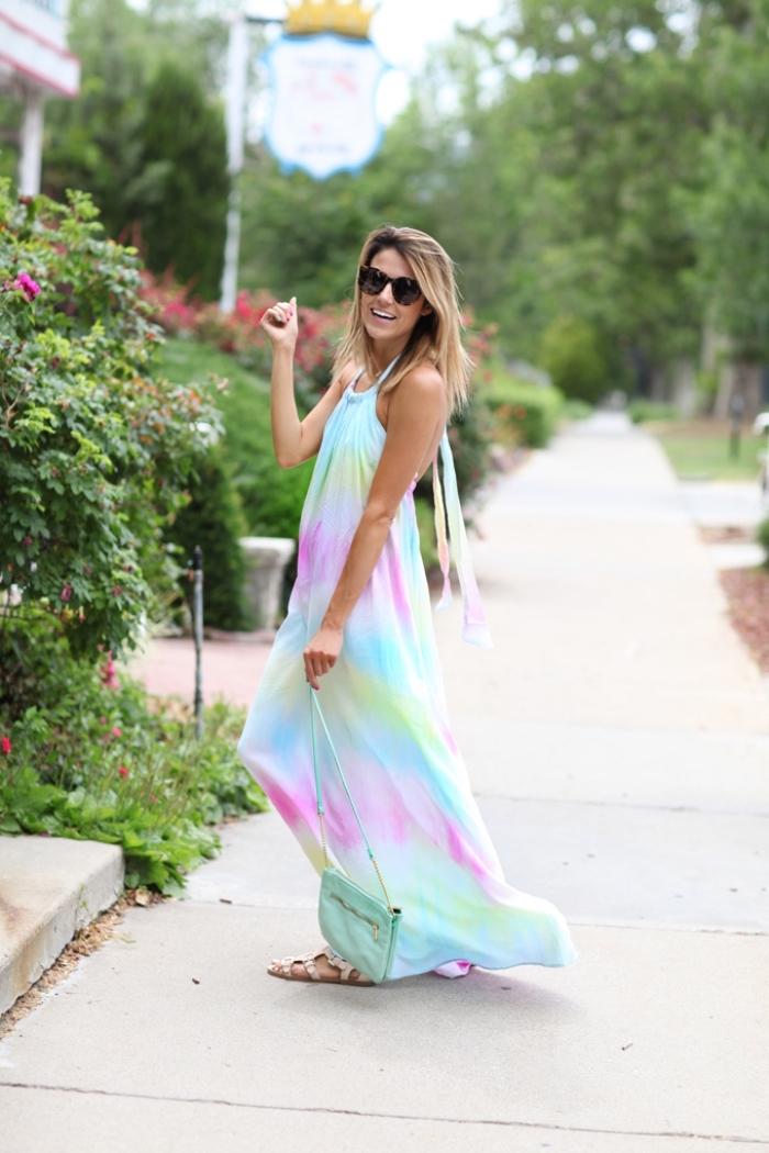 quelles lunettes de soleil pour femme, modèle de robe longue fluide à design tie and dye aux couleurs rose vert pastel