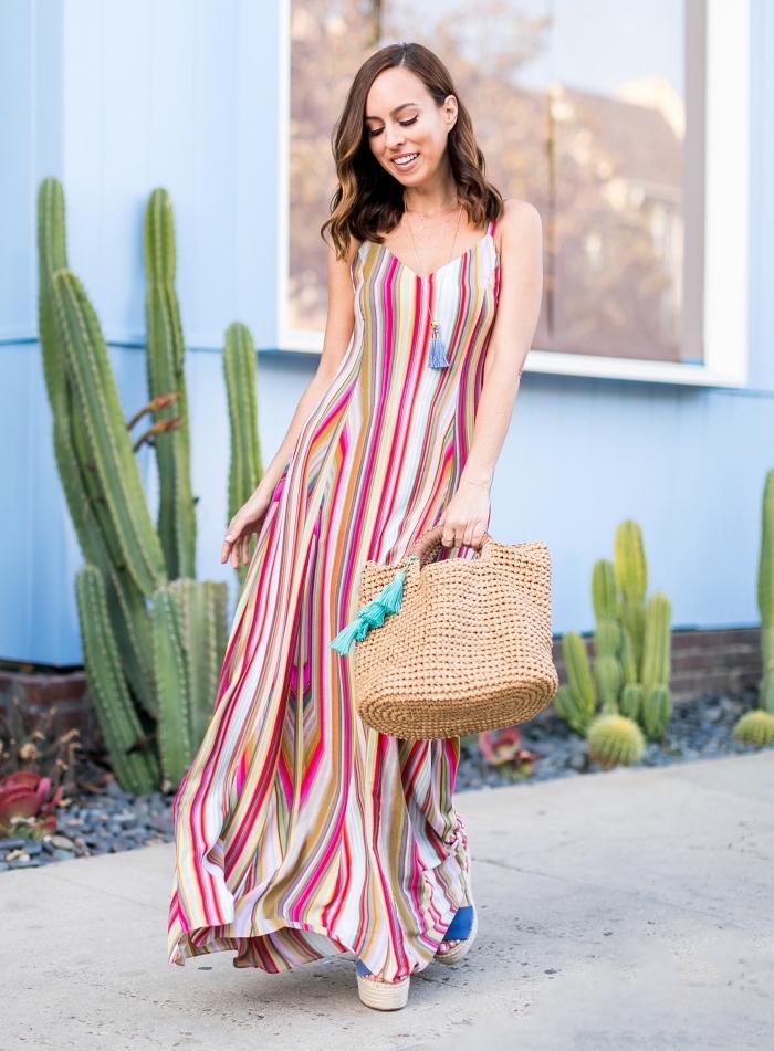 Rayé robe longue d'été, robe longue bohème, photo femme tenue de plage, femme photo pret d une maison bleu avec jardin cactus
