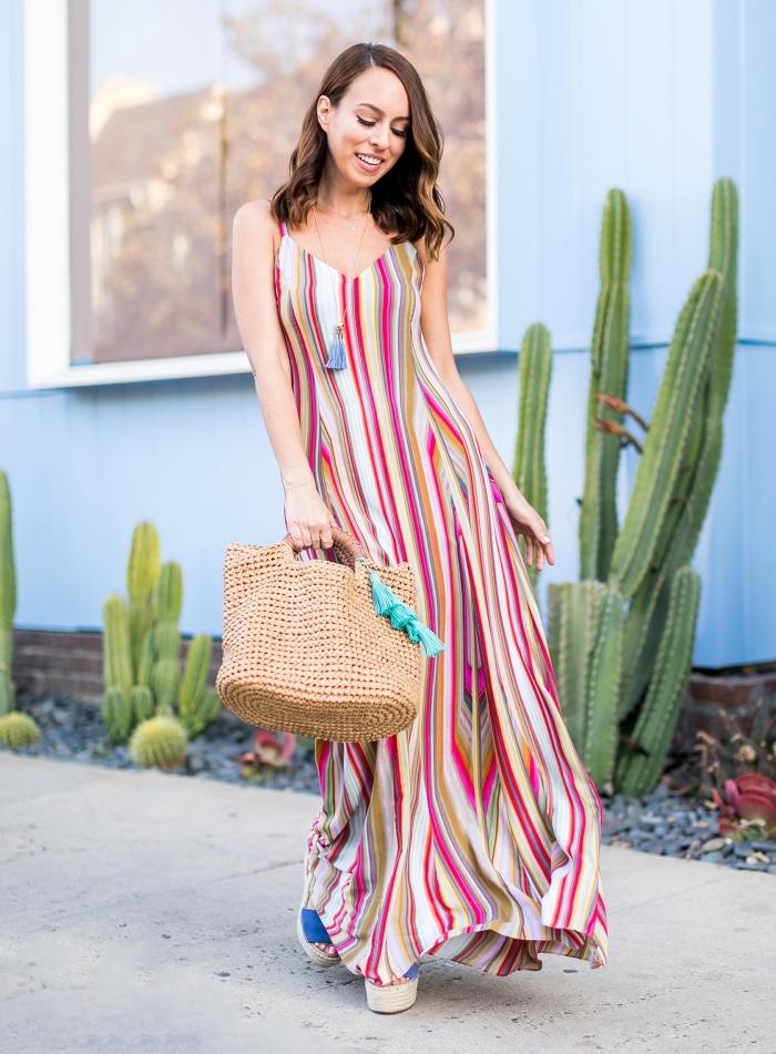 idée coiffure aux cheveux lâchés avec ondulations, modèle de robe d'été femme avec décolleté en v à design rayures multicolore