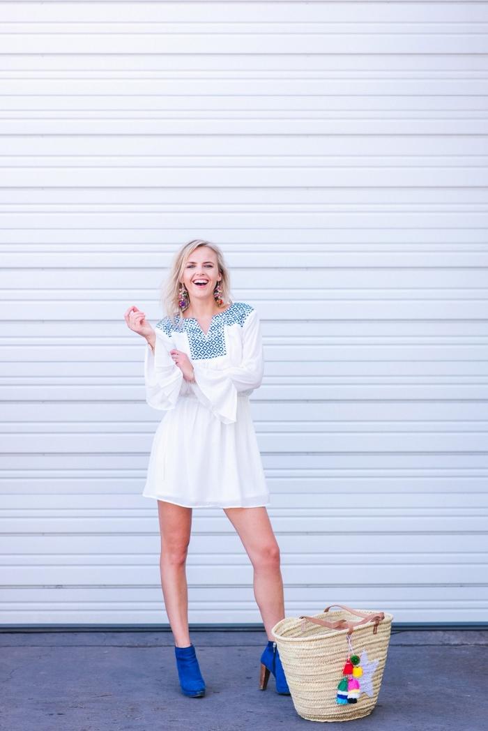 quelle robe été femme en matière légère, modèle robe courte blanche aux manches fluide longues avec bottines bleues