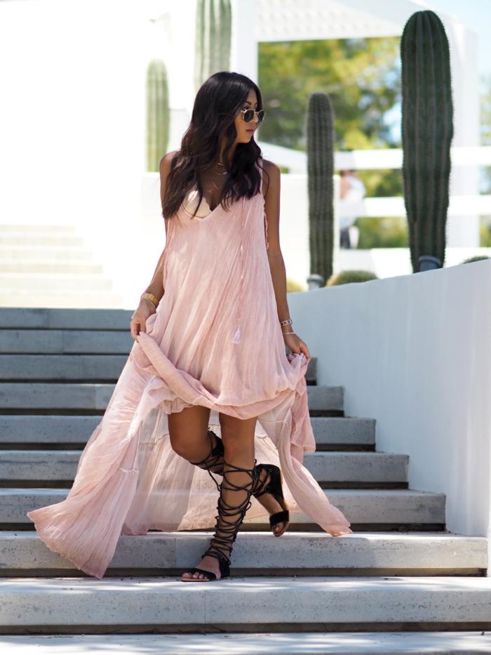 sandales romaines noires, robe longue rose, cactus géants, look hippie été femme