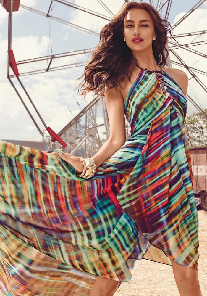 idée robe de soirée chic, coiffure cheveux lâchés, modèle de robe été longue courte devant à design multicolore