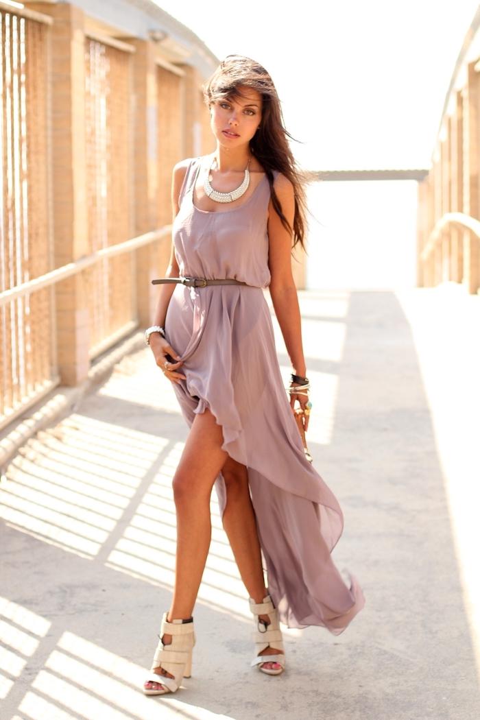 modèle de robe longue courte devant de couleur pastel, idée accessoire de style ethnique collier et bracelets