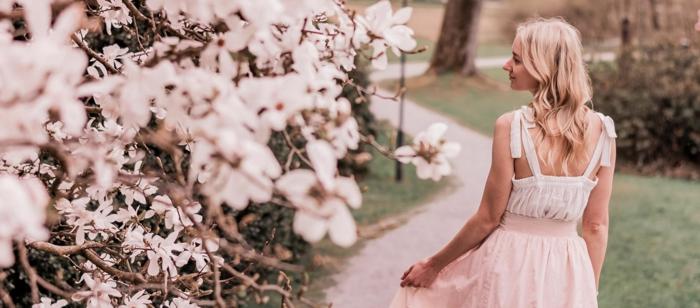 robe rose bohème, branches fleuries, jeune femme qui ballade, robe avec bretelles