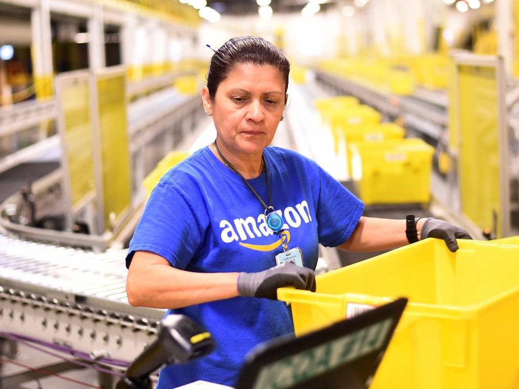 photo employée Amazon en préparation de commande, poste qui ne sera pas remplacé par un robot avant dix ans