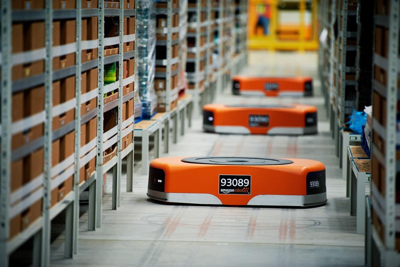 photo des robots présents dans les entrepôts Amazon qui estime à dix ans le temps d'automatisation totale du traitement d'une commande