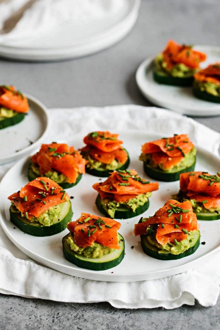 canapés de concombre au saumon fumé et à l'avocat, des bouchées de concombre pour un apéritif dinatoire simple et léger