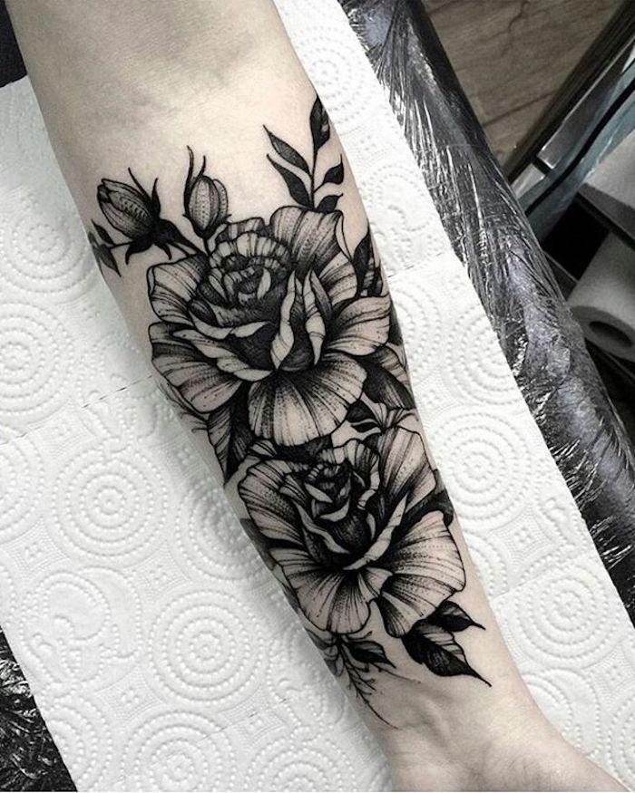 rose graphique tatouage femme encre noire, idee de dessin graphique à réaliser en tatouage