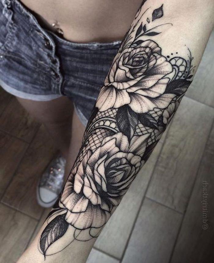 tatouage femme aux fleurs sur le bras d une femme et élément dentelle, idée tatouage femme