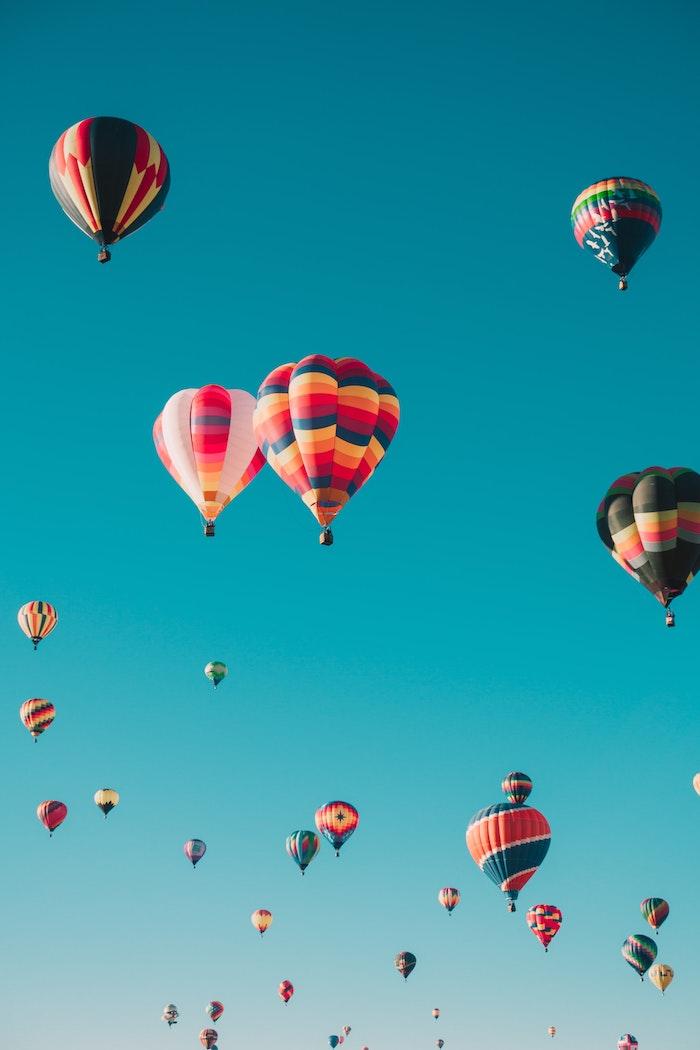 Ballons colorés dans l'air, paysage campagne, paysage été, voir les plus beaux endroits du monde