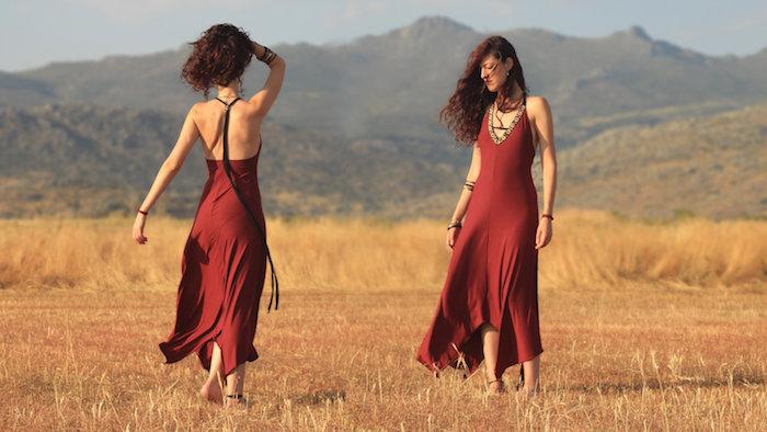Photo champetre californie, longue robe rouge, coucher de soleil, robe longue boheme chic, tenue moderne inspiré du style des années 60