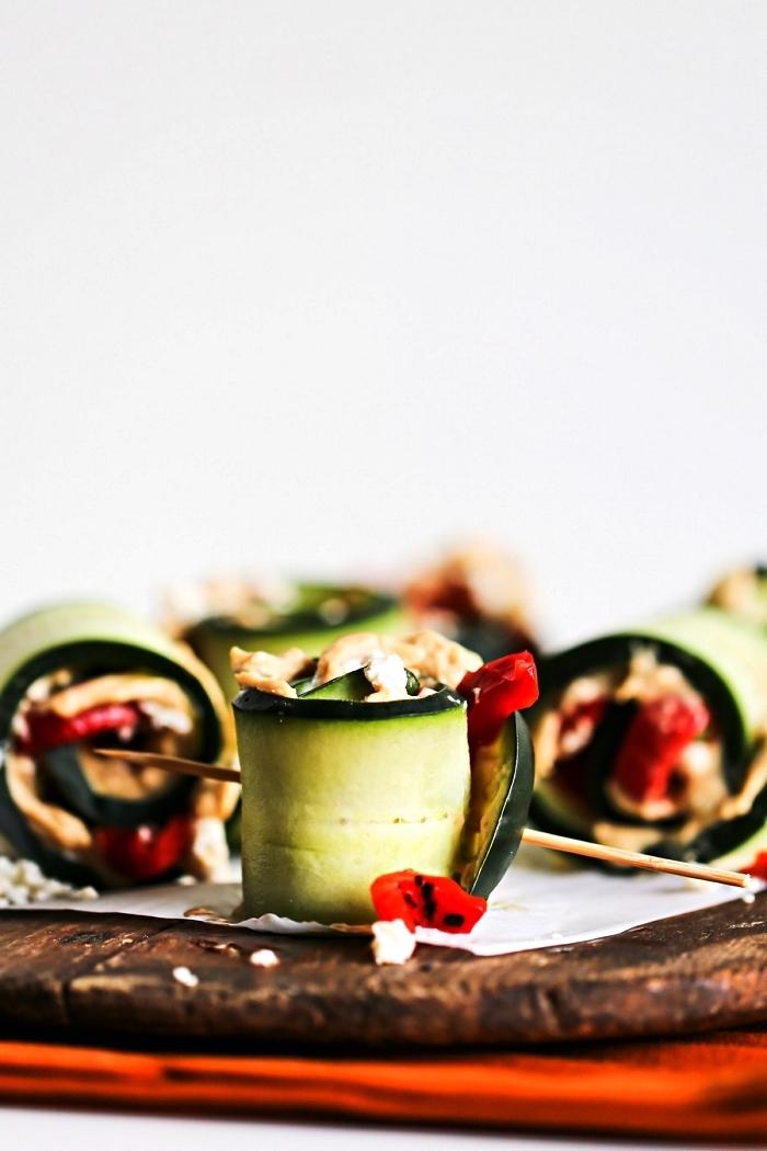 bouchées de concombre et houmous maison pour un apero leger et healthy, roulés de concombre garnis de houmous