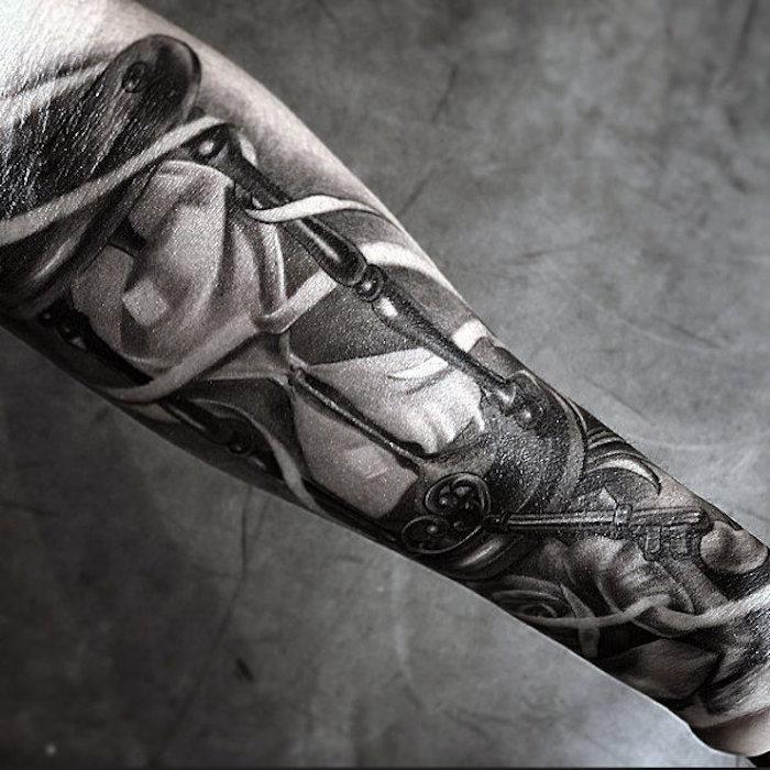 modele de tatouage sablier et clé, idée image à valeur symbolique en noir et blanc