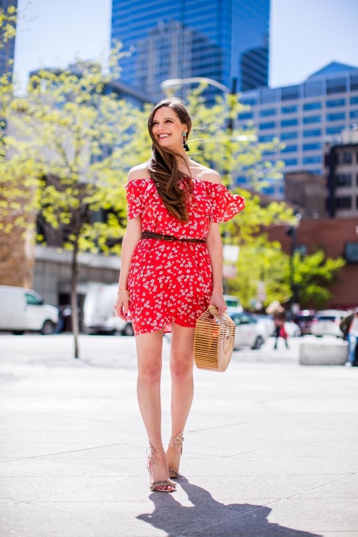 comment porter une robe d'été femme courte avec ceinture, modèles de sandales à talons gris clair avec lacets