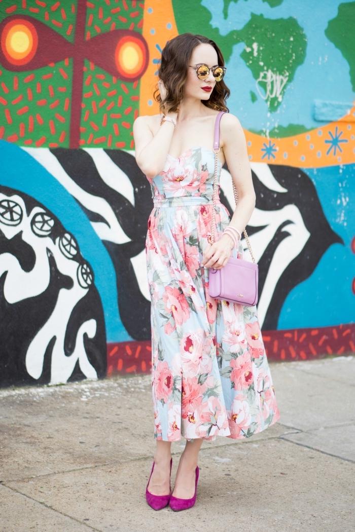 ideé robe habillée aux motifs floraux, comment s'habiller pour un mariage femme invitée, modèle de petit sac à main rose et or