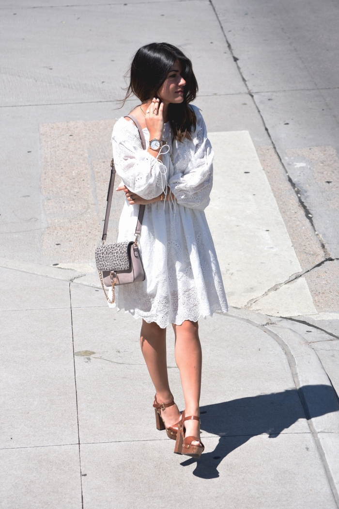 modèle de sandales cuir marron à talons avec lacets, idée robe hippie chic dentelle courte à design florale blanche