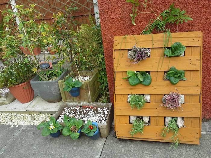 que faire avec des palettes de bois, idee pour cultiver salades fraiches et herbes à la verticale