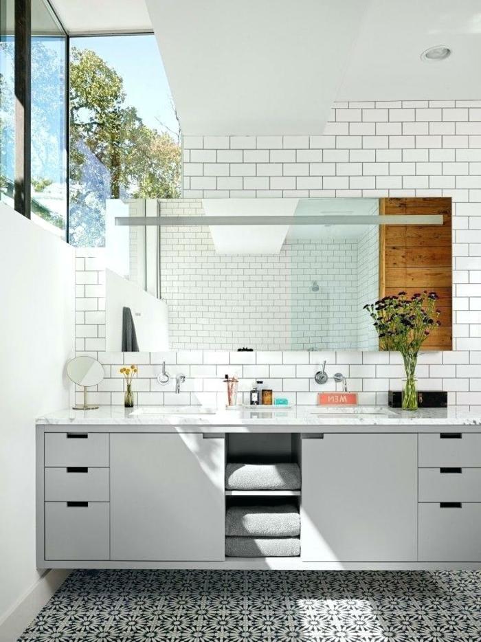 cuisine blanche, placards de cuisine blancs, miroir rectangulaire, sol carreaux de ciment
