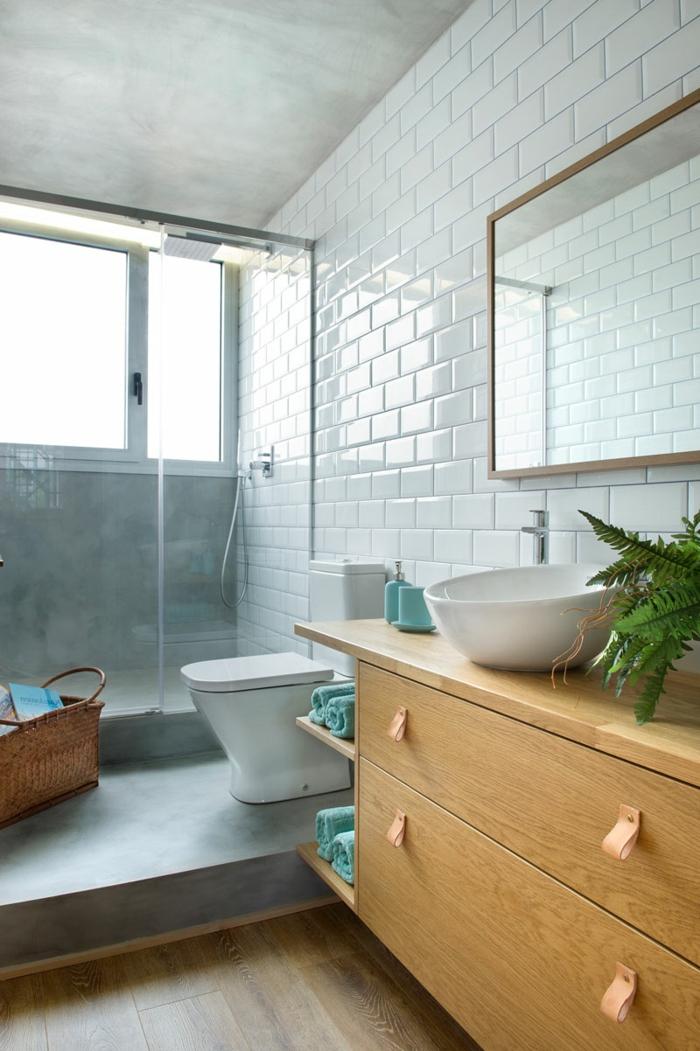 salle de bain bois blanc et gris, enduit béton, carrelahe metro blanc, grand meuble en bois, panier rustique
