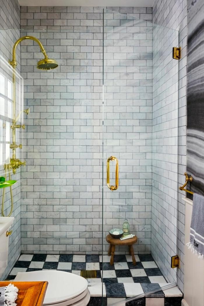 salle de bain gris clair, carrelage salle de bain gris, détails couleur doré, carrelage damier, wc blanc