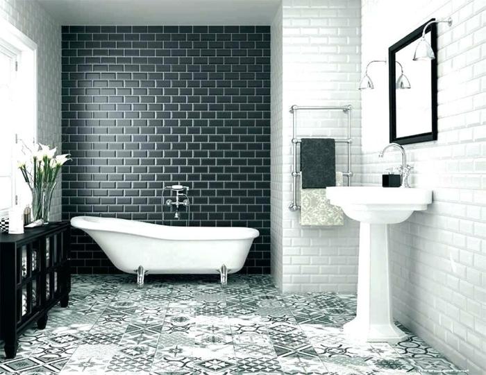 salle de bain artistique, baignoire sur pieds, lavabo colonne, carrelage metro blanc, carrelage metro noir, meuble de rangement noir