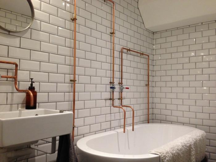 baignoire ovale, carrelage blanc brillant, vasque suspendue rectangulaire, salle de bain industrielle,