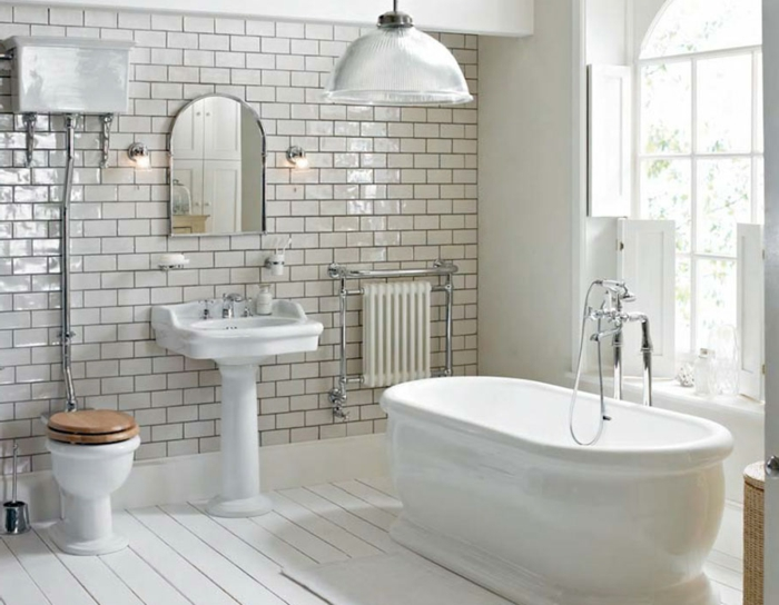 design salle de bain blanc, vasque colonne, carrelage metro nacré; baignoire autoportante, mitigeur chromé, porte fenêtre