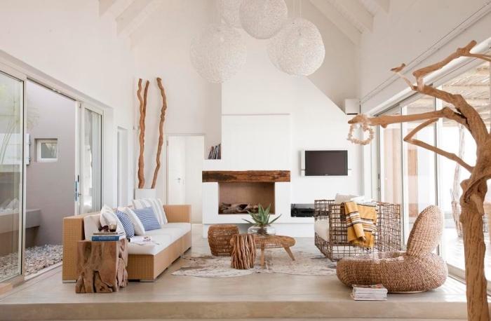 comment aménager un salon blanc à plafond haut avec mobilier bois, exemple de deco marine dans l'esprit minimaliste