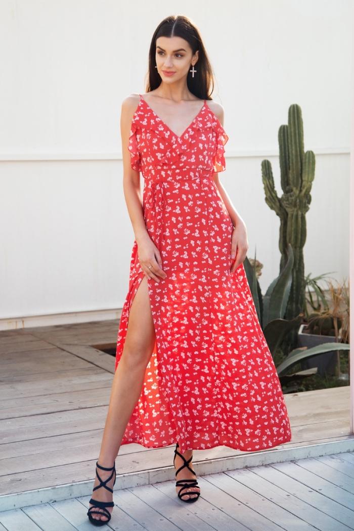 modèle de robe bohème chic de couleur rouge aux motifs floraux blancs, idée robe avec bretelle et décolleté en v
