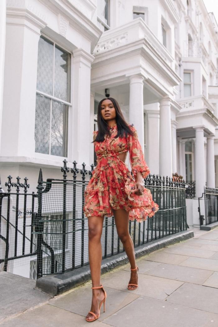 quels motifs pour robe été 2019, modèle de robe rouge courte aux manches longues à volants avec sandales hautes
