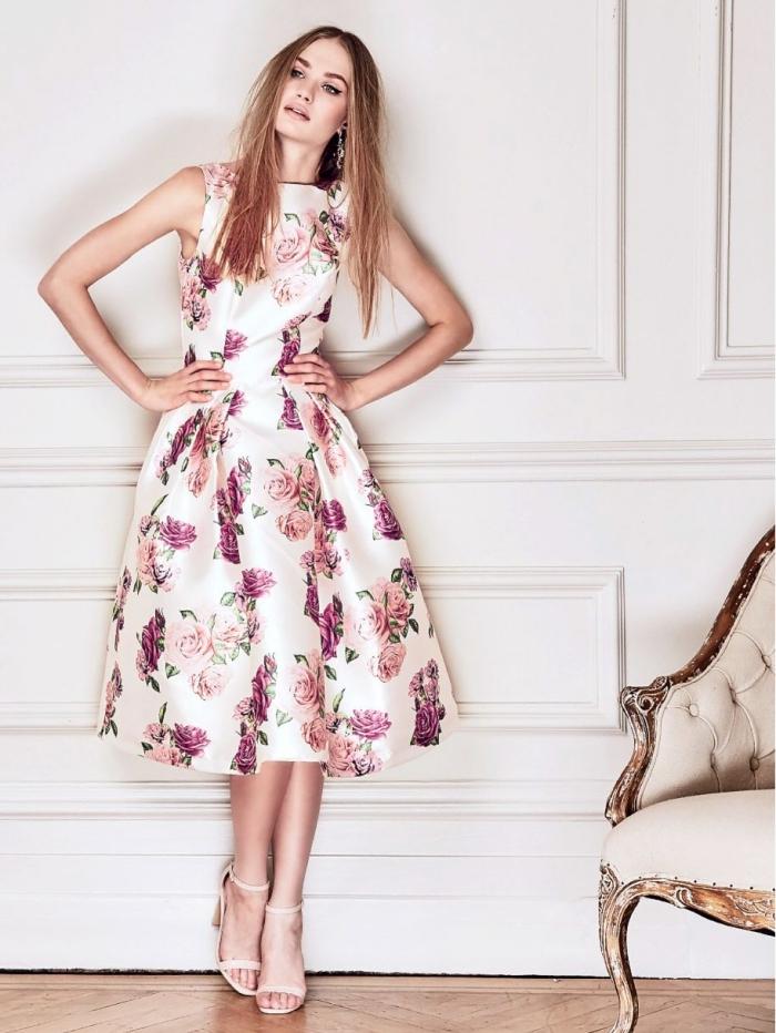 idée robe champetre, modèle de robe de cocktail pour mariage chic couleur blanche aux motifs roses avec sandales beige
