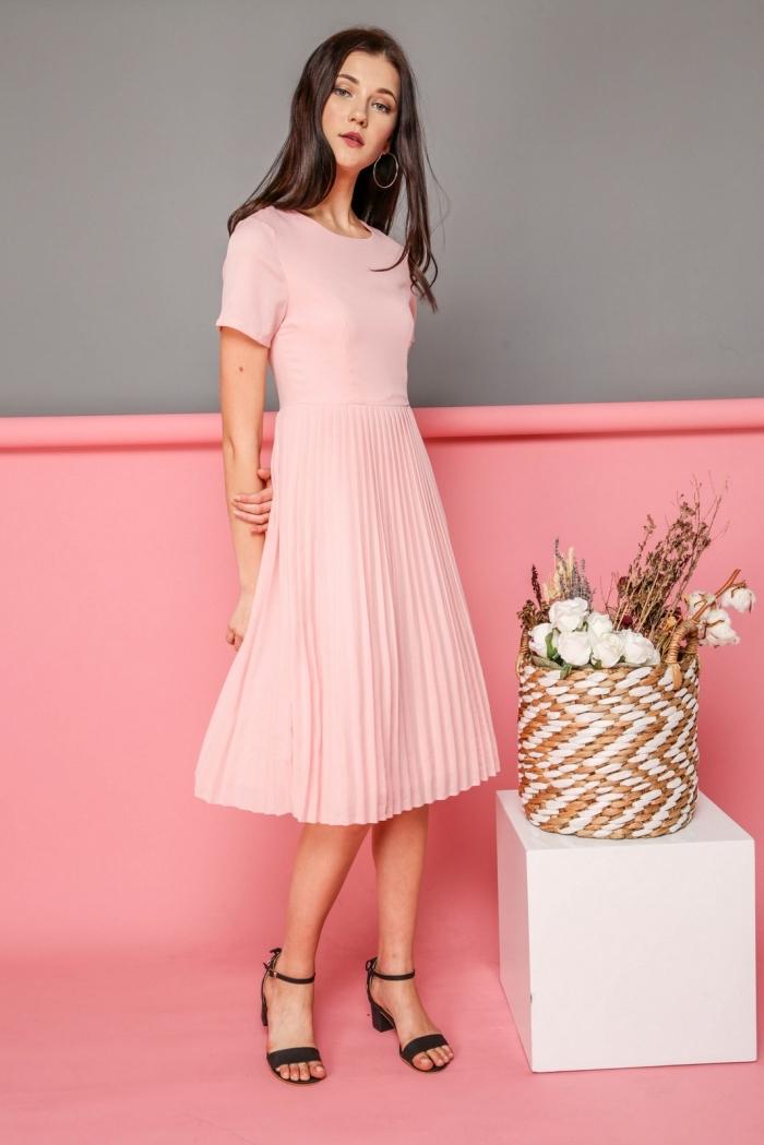 idée robe ceremonie femme, modèle de robe longueur genoux avec manches courtes de couleur rose pastel