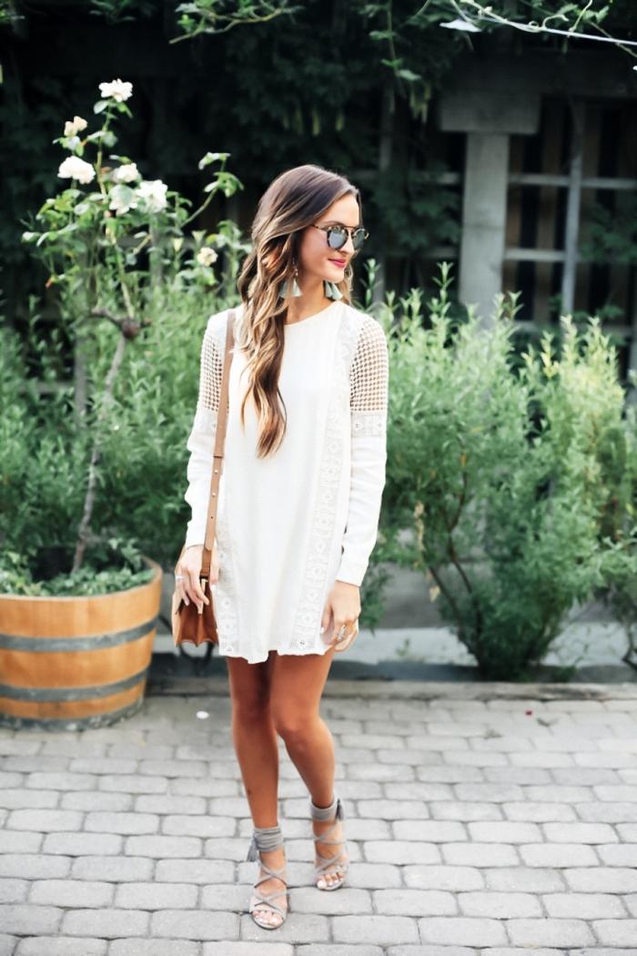 coloration balayage naturel sur cheveux marron, modèle de robe bohème chic blanche aux manches broderie longues