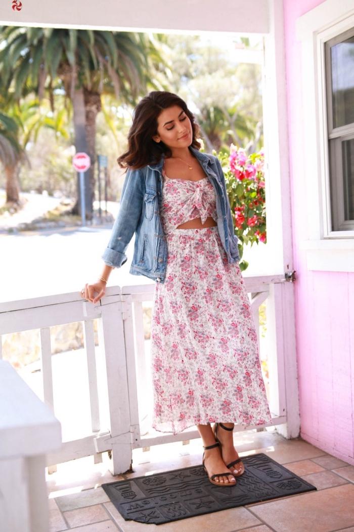comment porter une veste en denim avec robe 2 pièces, modèle de robe d'été femme en blanc aux fleurs roses