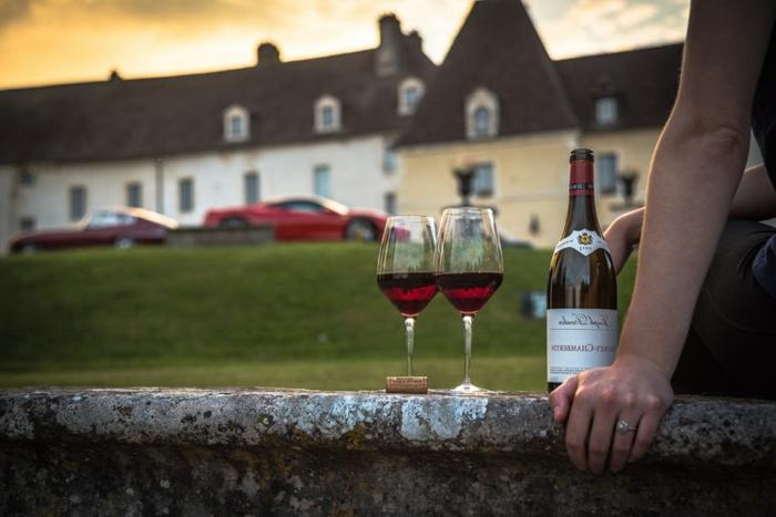château médiéval, bouteille de vin, deux verres remplis, ou aller en France, location de vacances